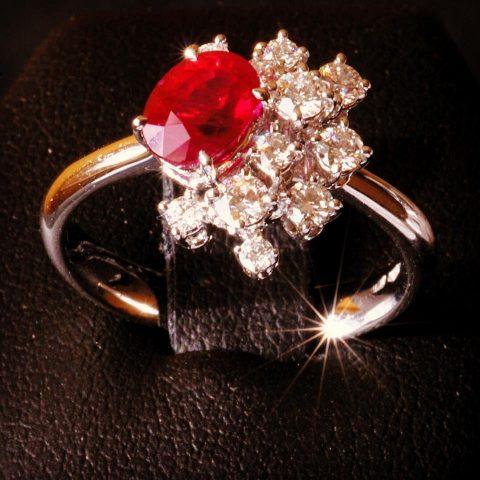 Il risultato finale: un magnifico anello con rubino e diamanti